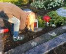 August 2016 Lucy will eine Kerze anmachen am Grab ihrer Nichte